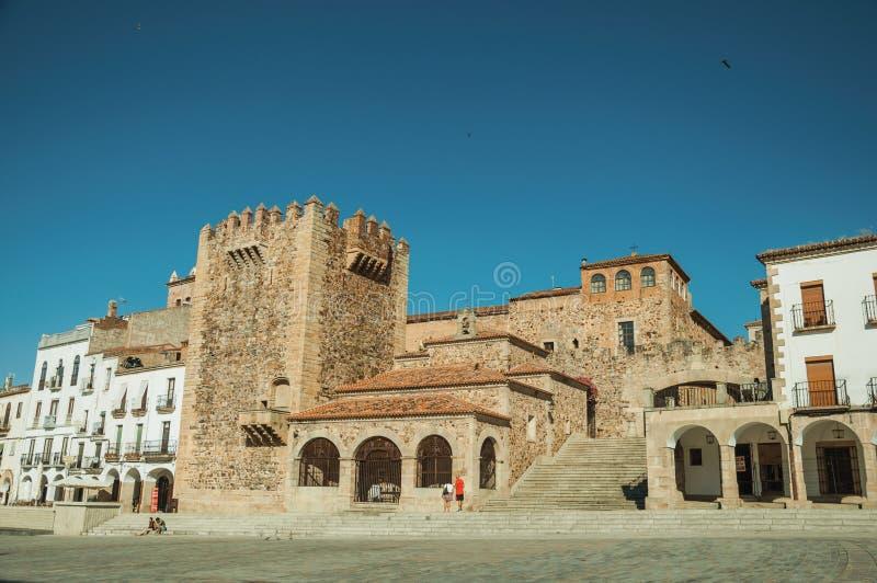 Παλαιά κτήρια στο κύριο τετράγωνο με τα σκαλοπάτια σε Caceres στοκ φωτογραφίες