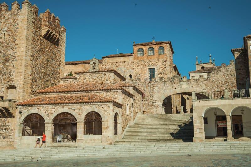 Παλαιά κτήρια στο κύριο τετράγωνο με τα σκαλοπάτια σε Caceres στοκ εικόνες