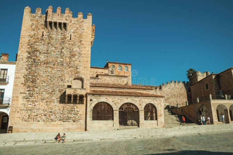 Παλαιά κτήρια στο κύριο τετράγωνο με τα σκαλοπάτια σε Caceres στοκ φωτογραφία με δικαίωμα ελεύθερης χρήσης