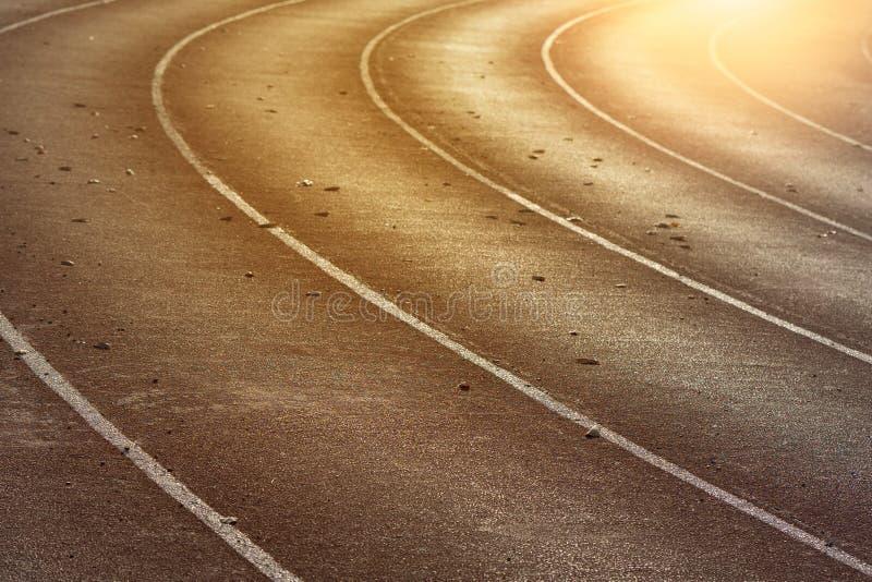 Παλαιά κόκκινη τρέχοντας διαδρομή στα στάδια για τον αθλητισμό στοκ εικόνα με δικαίωμα ελεύθερης χρήσης