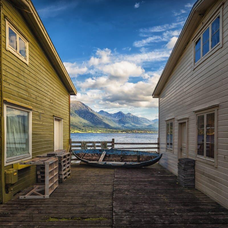 Παλαιά λιμενικά κτήρια σε Andlasnes, μέση Νορβηγία, άποψη σε Isfjorden στοκ εικόνα με δικαίωμα ελεύθερης χρήσης