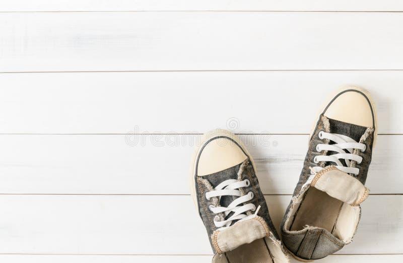 Παλαιά μαύρα πάνινα παπούτσια στο ξύλο στοκ φωτογραφίες με δικαίωμα ελεύθερης χρήσης