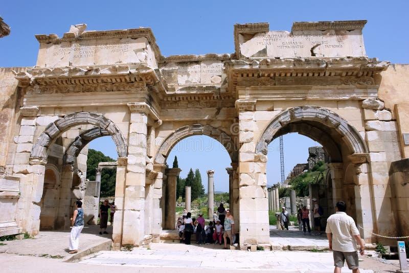 Παλαιά μνημειακή πύλη του Augustus στην αρχαία πόλη Ephesus στοκ εικόνες
