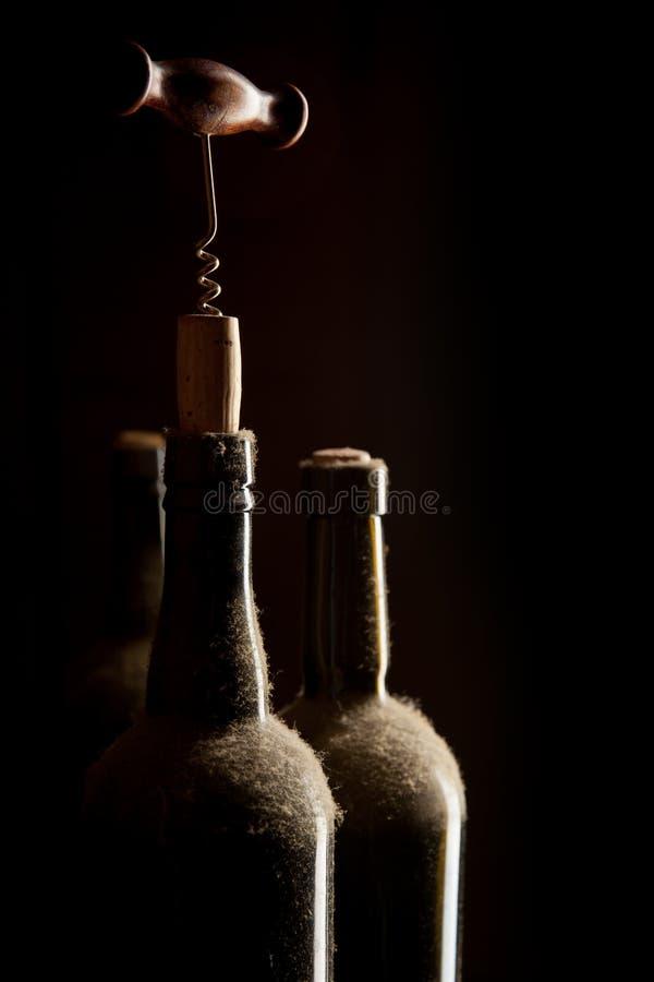 Παλαιά μπουκάλια και ανοιχτήρι κρασιού στοκ εικόνα