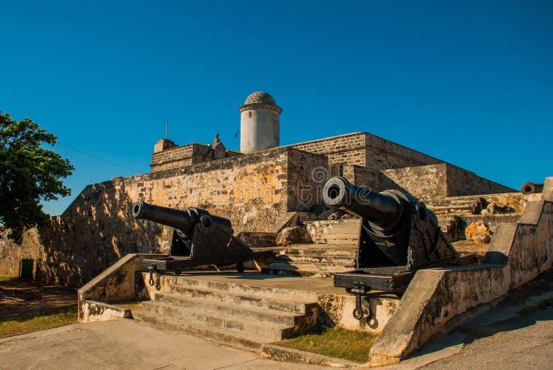 Παλαιά ξεπερασμένη έκθεση πυροβόλων και πυροβολισμών κοντά στους τοίχους του φρουρίου Φορταλέζα de Jagua Jagua cienfuegos Κούβα στοκ φωτογραφία