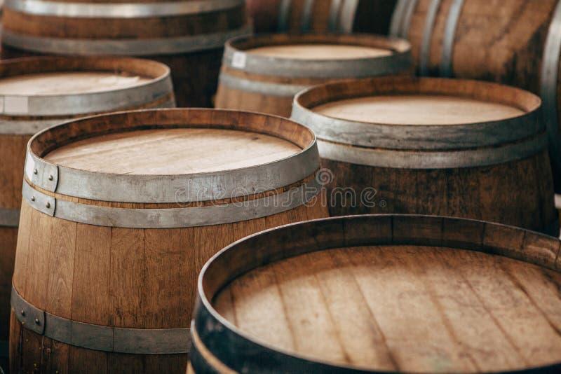 Παλαιά ξύλινα βαρέλια κρασιού με τις στεφάνες σιδήρου στοκ εικόνες