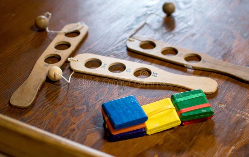 Παλαιά ξύλινα παιχνίδια στην επίδειξη στοκ φωτογραφία με δικαίωμα ελεύθερης χρήσης