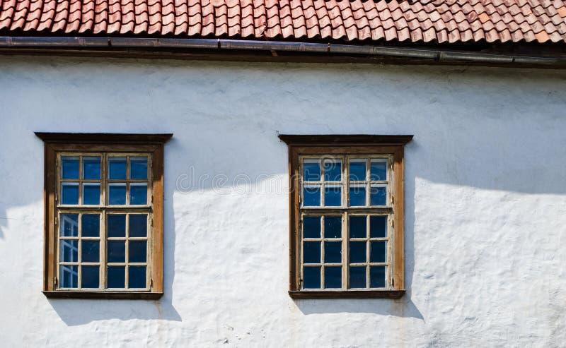 Παλαιά ξύλινα παράθυρα του σπιτιού Δύο στοκ φωτογραφίες