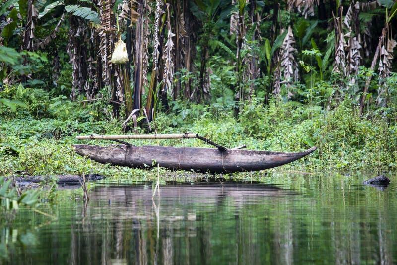 Παλαιά ξύλινη βάρκα στη λίμνη στην τροπική ζούγκλα Φιλιππίνες στοκ εικόνες