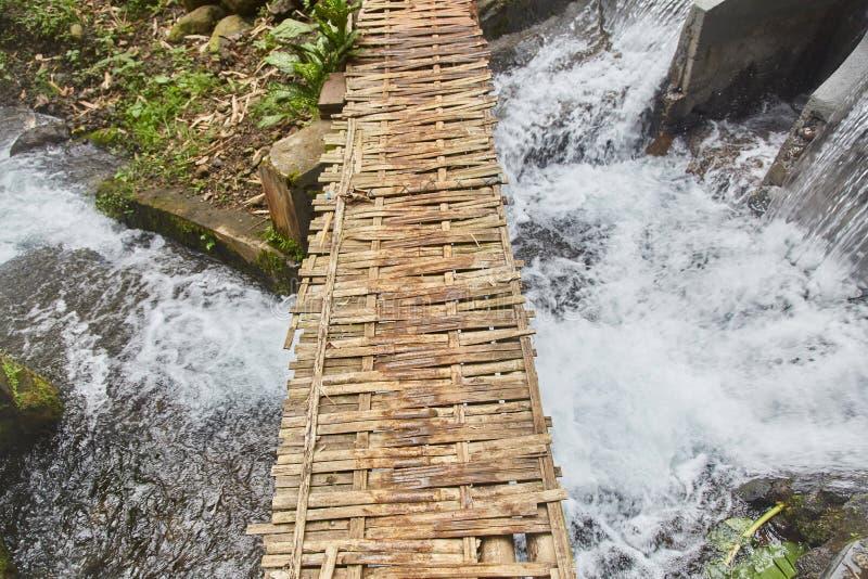 Παλαιά ξύλινη γέφυρα πέρα από έναν ποταμό βουνών στοκ φωτογραφία με δικαίωμα ελεύθερης χρήσης