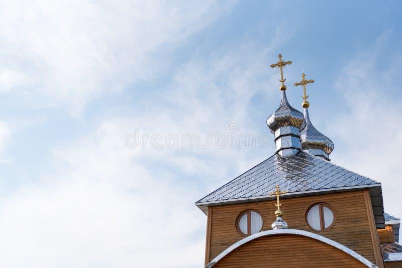 Παλαιά ξύλινη εκκλησία στο υπόβαθρο του μπλε ουρανού, χριστιανικός να στοκ εικόνα με δικαίωμα ελεύθερης χρήσης