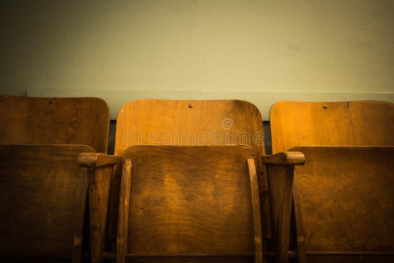 Παλαιά ξύλινη εκλεκτής ποιότητας κινηματογράφος καθισμάτων καρεκλών ή σχολική αντίκα στοκ φωτογραφίες
