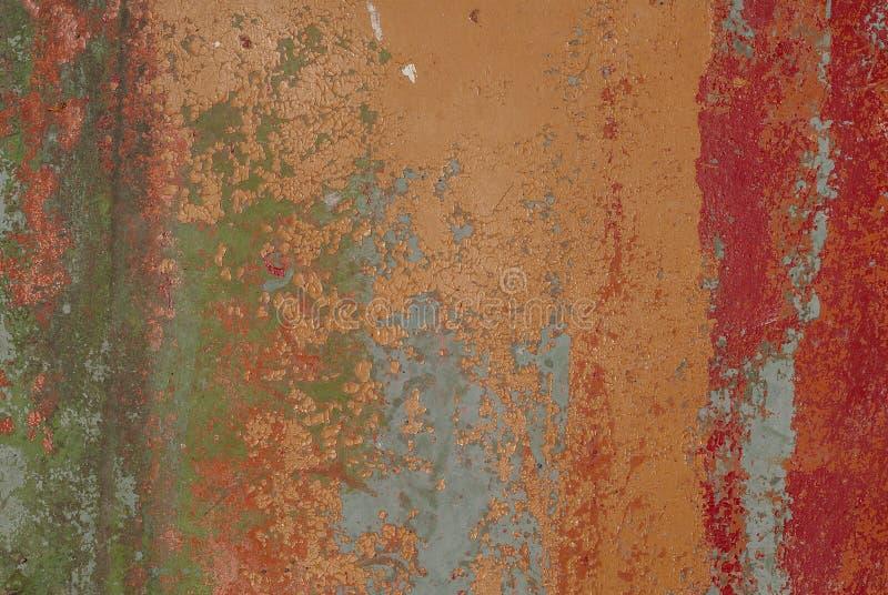 Παλαιά ξύλινη επιφάνεια σε ένα καφετί χρώμα με τα κομμάτια του κόκκινου χρώματος αποφλοίωσης, υπόβαθρο σύστασης στοκ εικόνες με δικαίωμα ελεύθερης χρήσης