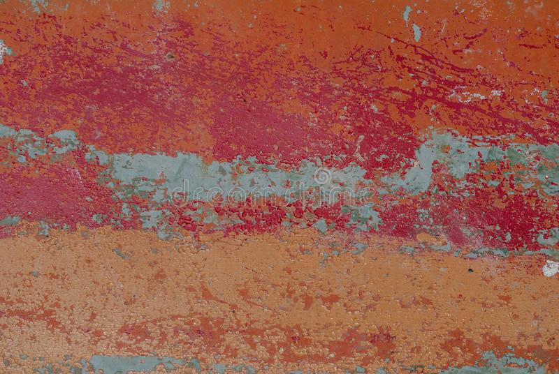 Παλαιά ξύλινη επιφάνεια σε ένα καφετί χρώμα με τα κομμάτια του κόκκινου χρώματος αποφλοίωσης, κόκκινη σύσταση, υπόβαθρο στοκ εικόνες με δικαίωμα ελεύθερης χρήσης