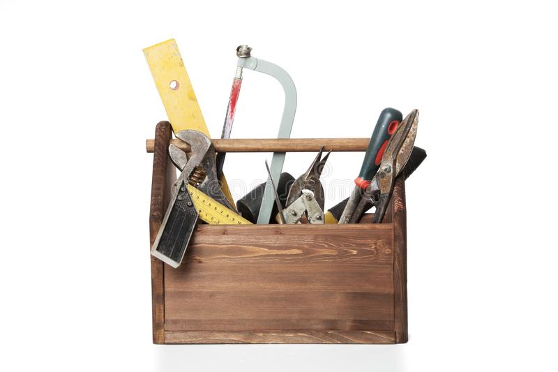 Παλαιά ξύλινη εργαλειοθήκη ξυλουργών με τα εργαλεία που απομονώνονται στο λευκό στοκ φωτογραφία με δικαίωμα ελεύθερης χρήσης