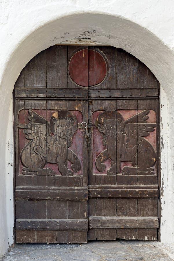 Παλαιά, ξύλινη πόρτα στην εκκλησία στοκ εικόνες με δικαίωμα ελεύθερης χρήσης