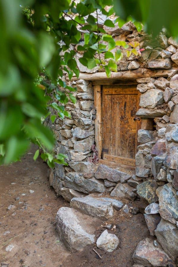 Παλαιά ξύλινη πόρτα στο σπίτι πετρών στο χωριό Dah, Ladakh, Ινδία στοκ εικόνες