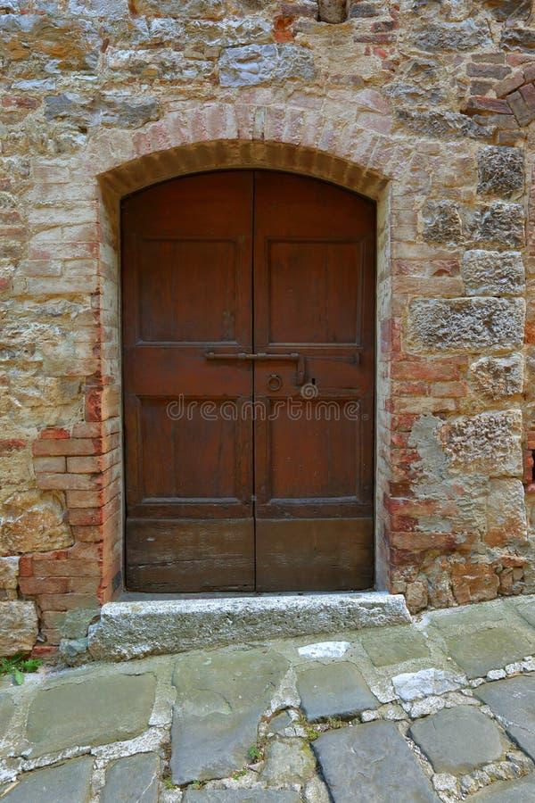 Παλαιά ξύλινη πόρτα στο τουβλότοιχο στοκ εικόνες με δικαίωμα ελεύθερης χρήσης