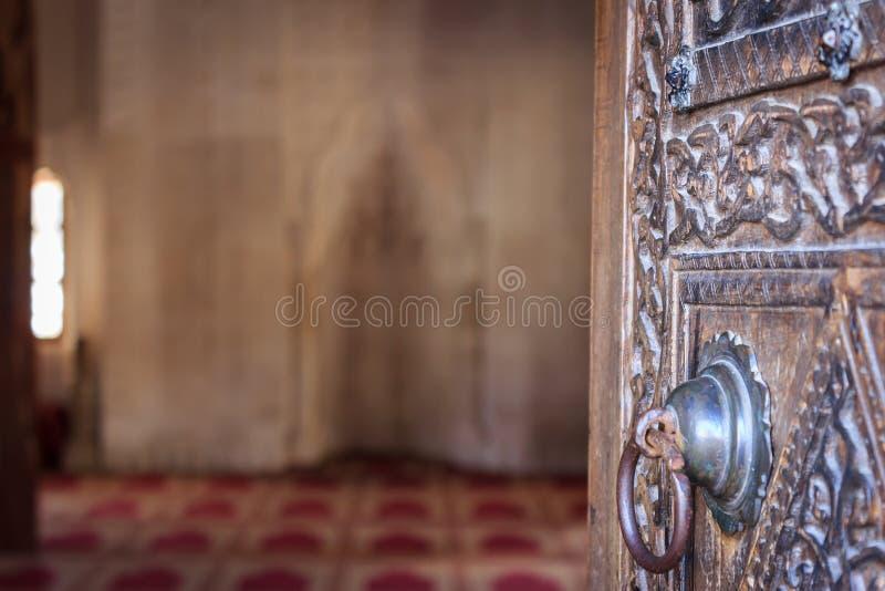 Παλαιά ξύλινη πόρτα του ιστορικού μουσουλμανικού τεμένους στοκ εικόνα με δικαίωμα ελεύθερης χρήσης