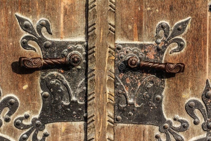 Παλαιά ξύλινη πύλη από τη λαβή μετάλλων περιοχής κάστρων της Βουδαπέστης στοκ φωτογραφίες με δικαίωμα ελεύθερης χρήσης