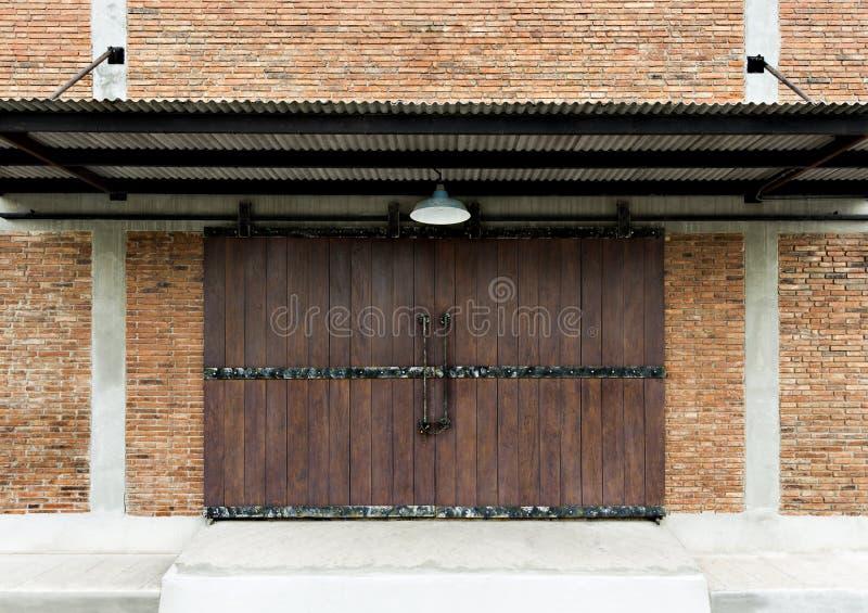 Παλαιά ξύλινη σανίδα σύστασης πορτών σε μια παραδοσιακή πλινθοδομή τοίχων πρώην στοκ εικόνα