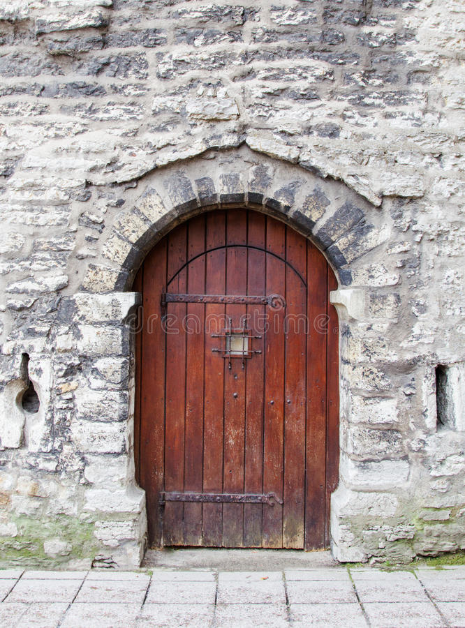 Παλαιά ξύλινη σχηματισμένη αψίδα πόρτα στοκ εικόνες με δικαίωμα ελεύθερης χρήσης