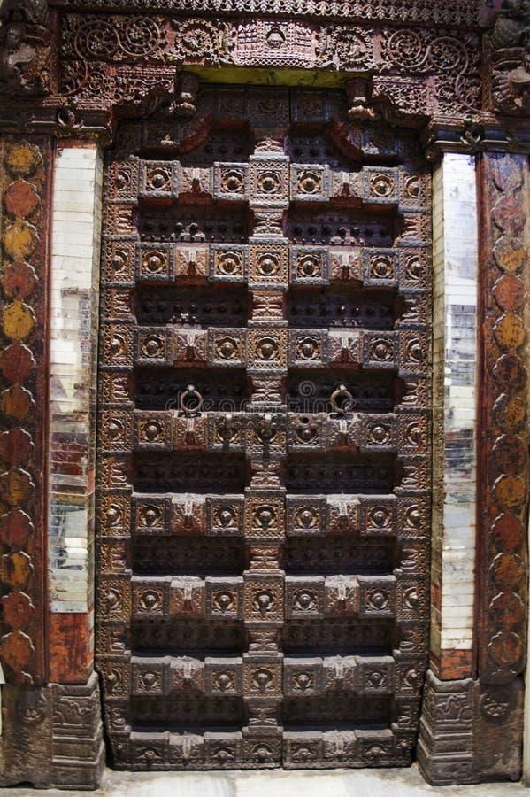 Παλαιά ξύλινη χαρασμένη πόρτα στοκ εικόνες