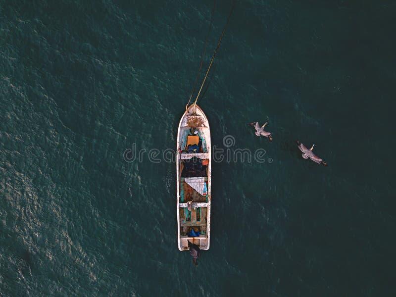 Παλαιά ξύλινη όμορφη βάρκα ψαράδων στη θάλασσα στοκ φωτογραφία με δικαίωμα ελεύθερης χρήσης