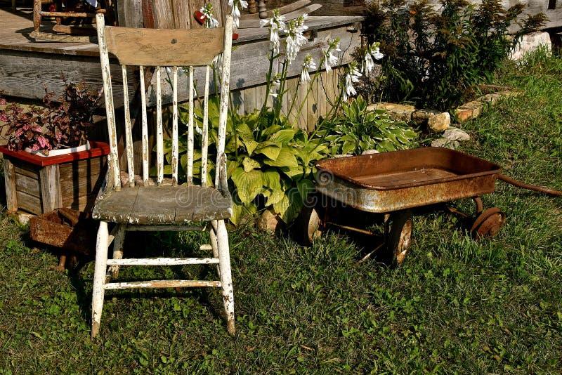 Παλαιά ξύλο, καρέκλα και βαγόνι εμπορευμάτων για ένα παιδί στοκ εικόνες με δικαίωμα ελεύθερης χρήσης