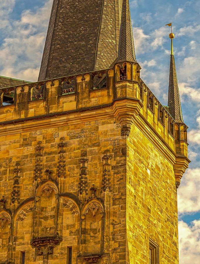Παλαιά οικοδόμηση Πράγα ύφους πύργων γοτθική με την υψηλή καφετιά στέγη πετρών ενάντια στο μπλε ουρανό και την εκλεκτής ποιότητας στοκ φωτογραφίες