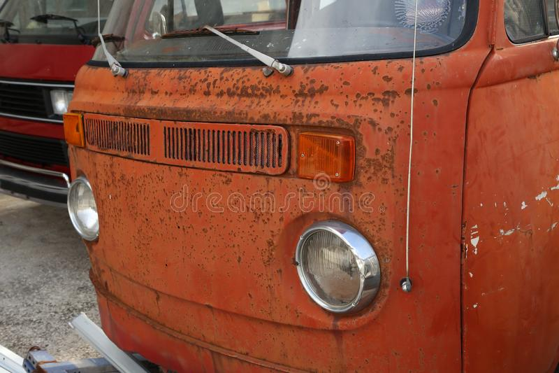 Παλαιά οξυδώνοντας λεωφορεία σε μια απόρριψη αυτοκινήτων πόλεων στοκ εικόνες με δικαίωμα ελεύθερης χρήσης