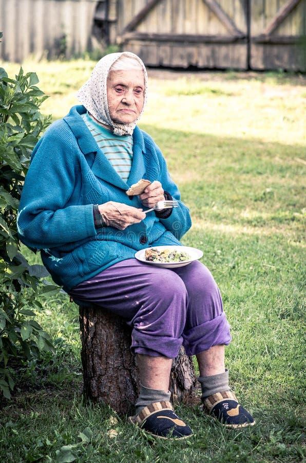 Παλαιά περιστασιακή συνεδρίαση γυναικών υπαίθρια, κατανάλωση στοκ φωτογραφία με δικαίωμα ελεύθερης χρήσης