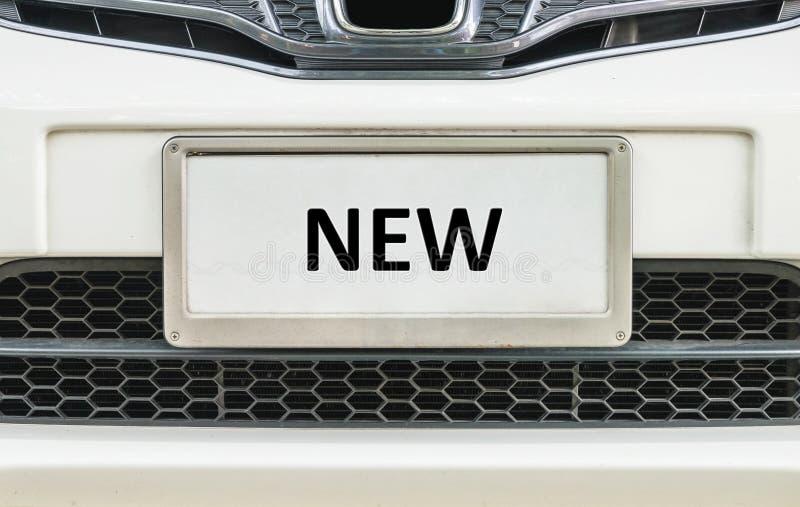 Παλαιά πινακίδα αριθμού κυκλοφορίας κινηματογραφήσεων σε πρώτο πλάνο μπροστά από το αυτοκίνητο για το κατασκευασμένο υπόβαθρο πώλ στοκ φωτογραφίες με δικαίωμα ελεύθερης χρήσης