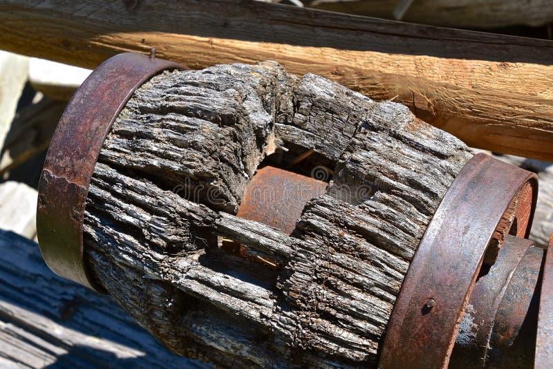 Παλαιά πλήμνη μιας ξύλινης ρόδας βαγονιών εμπορευμάτων στοκ φωτογραφία με δικαίωμα ελεύθερης χρήσης