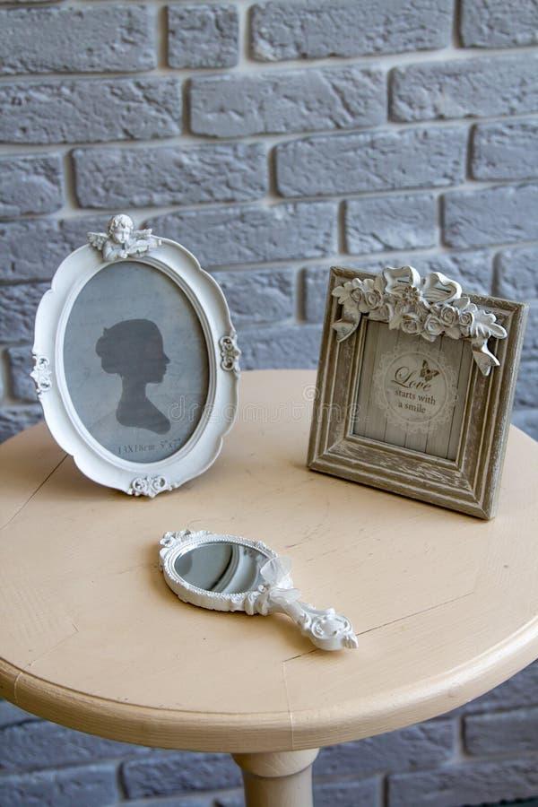 Παλαιά πλαίσια εικόνων, να βρεθεί καθρέφτης στον πίνακα με την γκρίζα μακρινή άποψη υποβάθρου τουβλότοιχος στοκ εικόνα