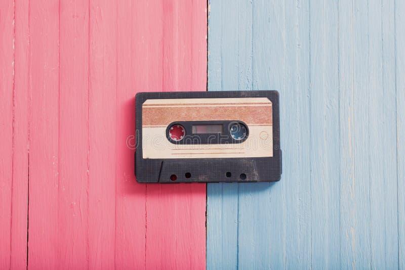 Παλαιά πλαστική κασέτα στο ξύλινο υπόβαθρο Αναδρομική έννοια μουσικής στοκ εικόνες