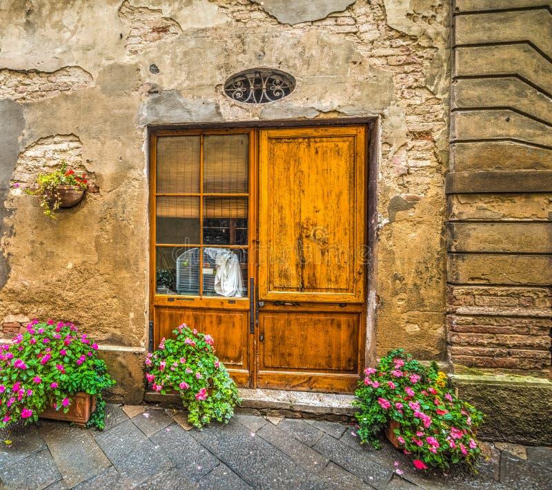 Παλαιά πρόσοψη με μια αγροτική ξύλινη πόρτα στοκ φωτογραφίες με δικαίωμα ελεύθερης χρήσης