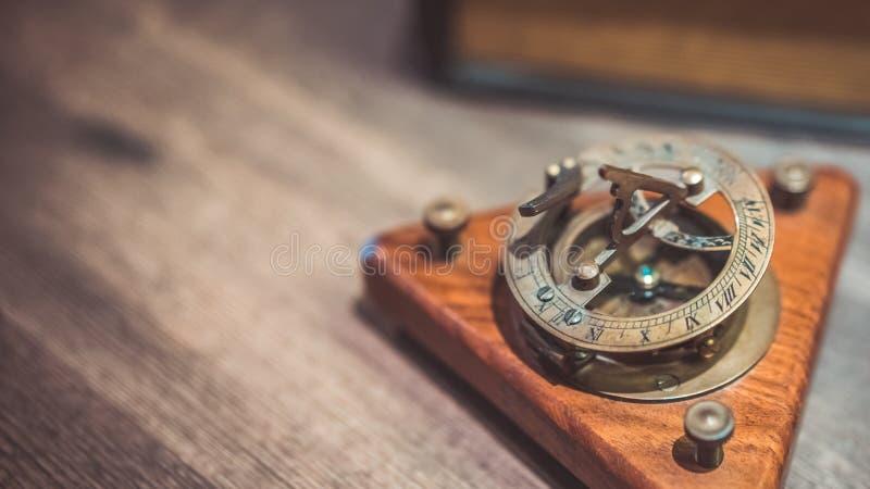 Παλαιά πυξίδα ηλιακών ρολογιών ορείχαλκου ναυτική στοκ φωτογραφίες με δικαίωμα ελεύθερης χρήσης