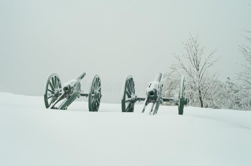 Παλαιά πυροβόλα μετάλλων που καλύπτονται με το χιόνι στοκ εικόνα με δικαίωμα ελεύθερης χρήσης