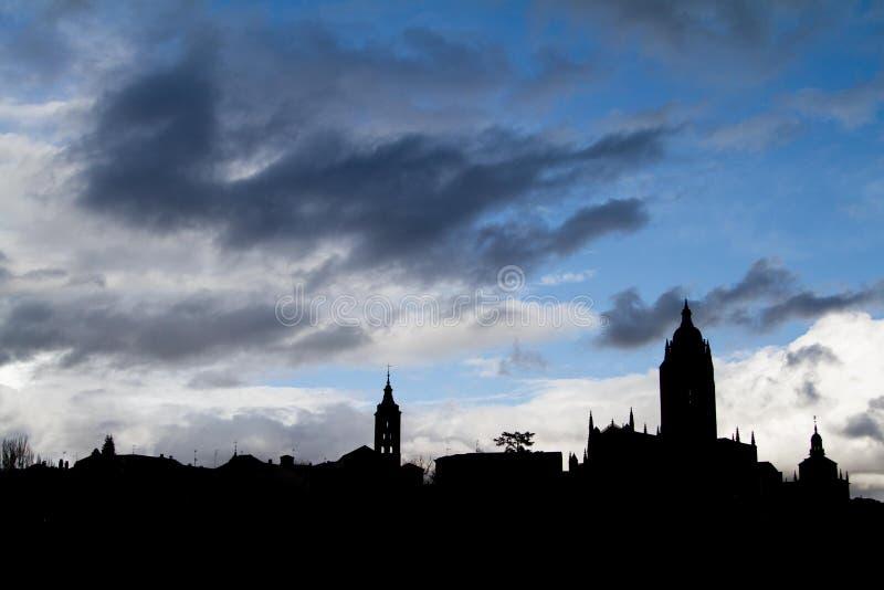 Παλαιά πόλης σκιαγραφία με τα σύννεφα στοκ εικόνα με δικαίωμα ελεύθερης χρήσης