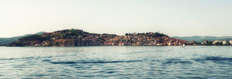 Παλαιά πόλη της Οχρίδας με τη λίμνη της Οχρίδας, Μακεδονία - πανόραμα στοκ φωτογραφία