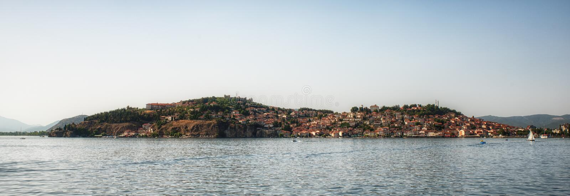 Παλαιά πόλη της Οχρίδας με τη λίμνη της Οχρίδας, Μακεδονία - πανόραμα στοκ εικόνα με δικαίωμα ελεύθερης χρήσης
