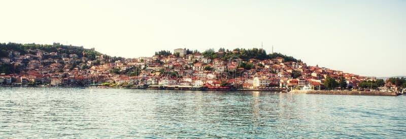 Παλαιά πόλη της Οχρίδας με τη λίμνη της Οχρίδας, Μακεδονία - πανόραμα στοκ εικόνες