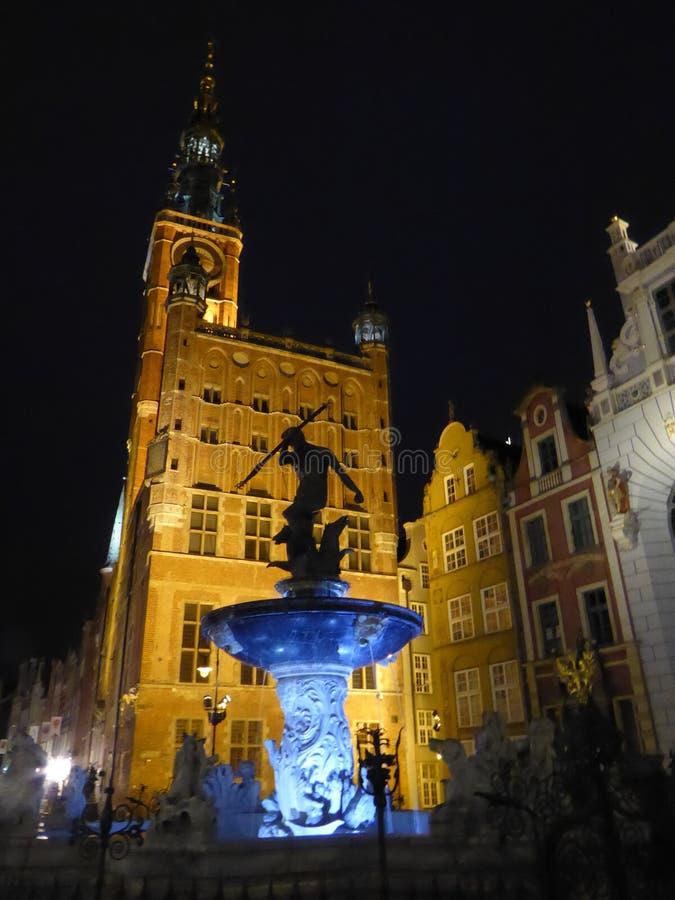 Παλαιά πόλη του Γντανσκ με την πηγή και την αρχαία νύχτα Δημαρχείων, Πολωνία στοκ φωτογραφία με δικαίωμα ελεύθερης χρήσης
