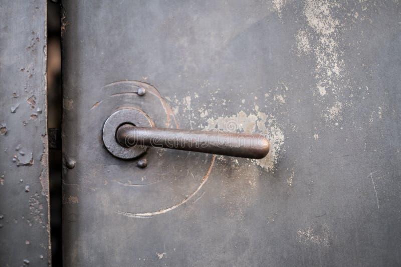 Παλαιά πόρτα μετάλλων, πόρτα σιδήρου, εκλεκτής ποιότητας λαβή πορτών στοκ φωτογραφία