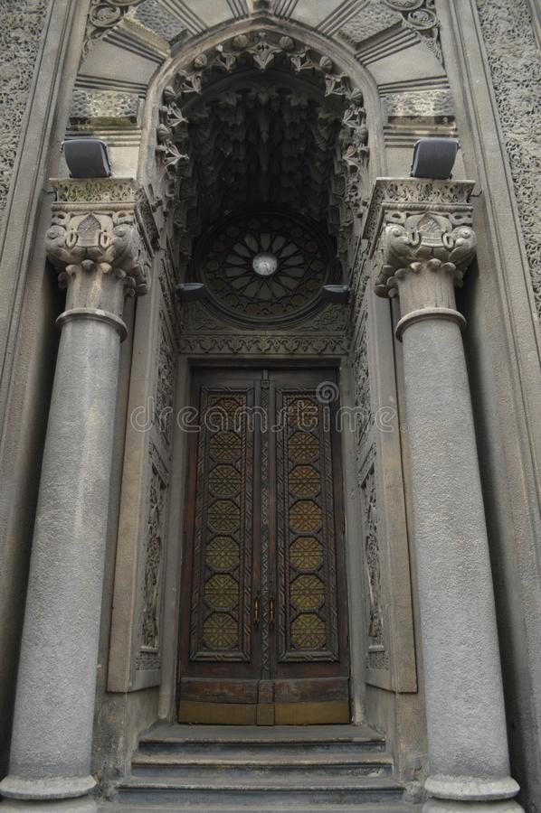Παλαιά πόρτα με τις στήλες στοκ εικόνα