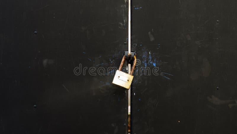Παλαιά πόρτα σιδήρου που είναι ασφαλώς κλειδωμένη στοκ εικόνες με δικαίωμα ελεύθερης χρήσης