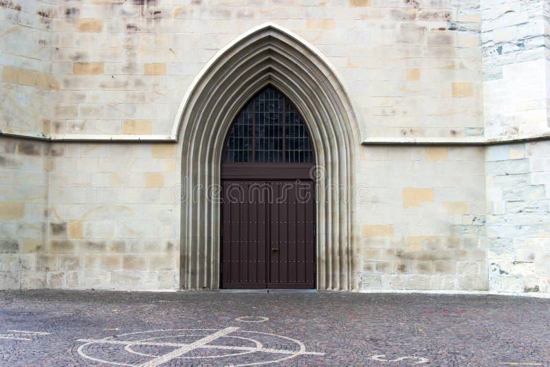 Παλαιά πόρτα στο γοτθικό ύφος στοκ φωτογραφίες