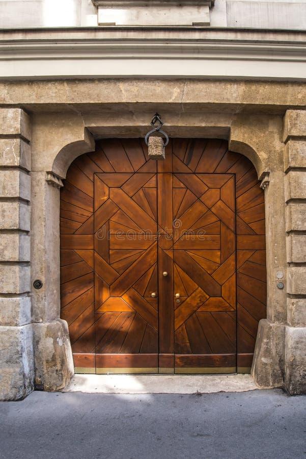 Παλαιά πόρτα το Σεπτέμβριο του 2017 της Βιέννης Αυστρία στοκ φωτογραφία