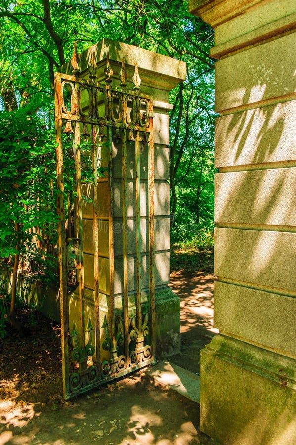 Παλαιά πύλη στον κήπο στοκ εικόνες
